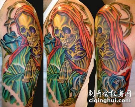 大臂上双手合十的骷髅纹身图案