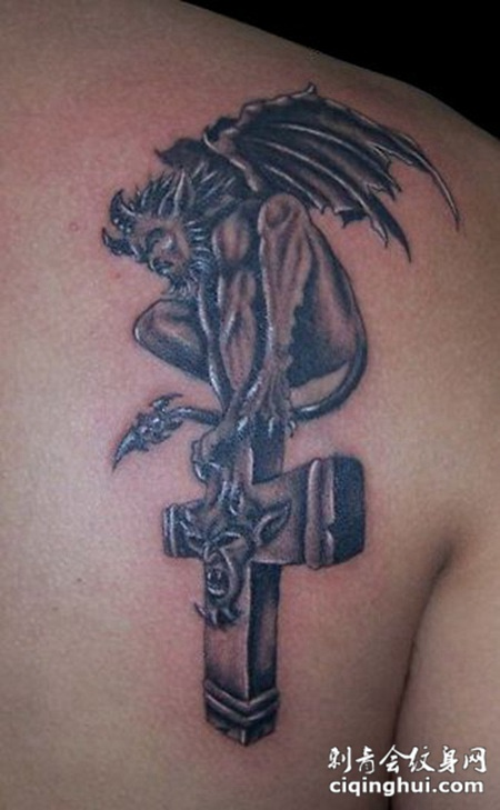 背部十字架恶魔纹身