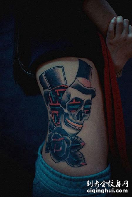 侧腰上的骷髅纹身图案