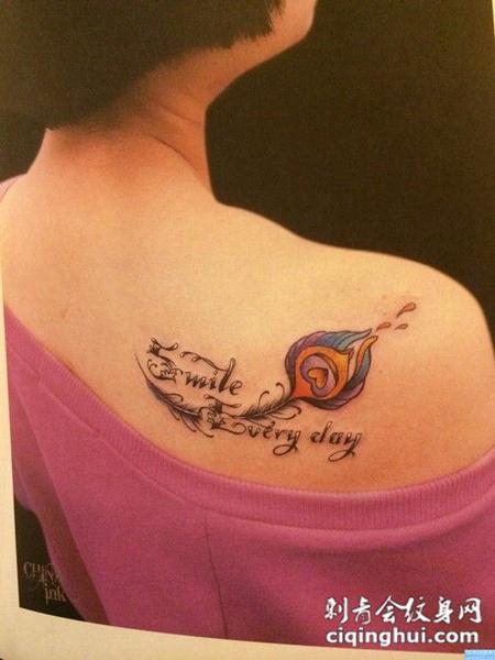 肩上的羽毛与文字纹身图案图片