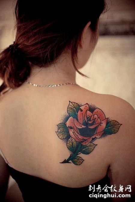 后肩上的玫瑰纹身图案