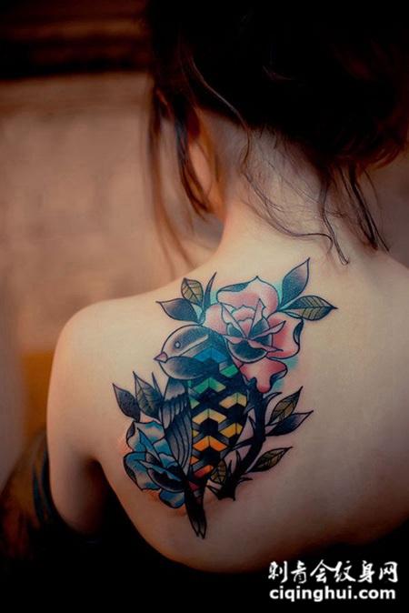 后背上的玫瑰与鸟纹身图案