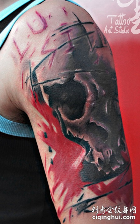 胳膊上戴着骷髅纹身图案
