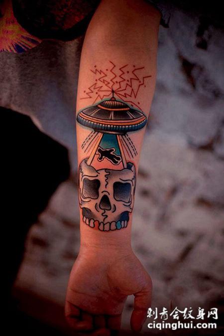 胳膊上的飞碟骷髅纹身图案
