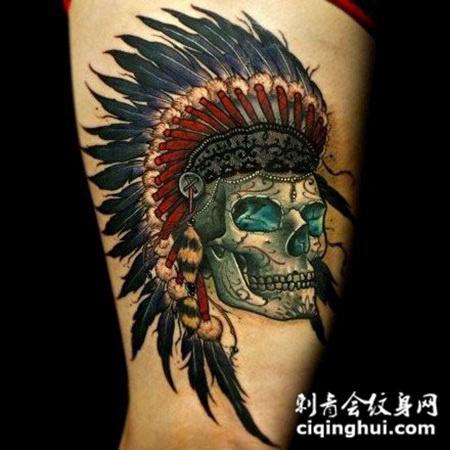 腿上戴印第安帽子的骷髅纹身图案