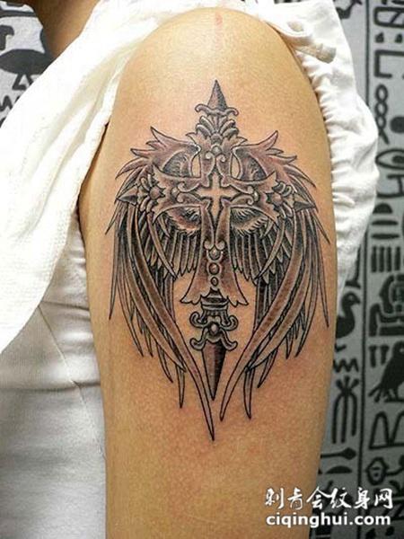 如果您喜欢现在这张胳膊上十字架纹身图案,您可能还会喜欢小臂上的十字架纹身图案或者颈后的十字架纹身图案。 图片属性
