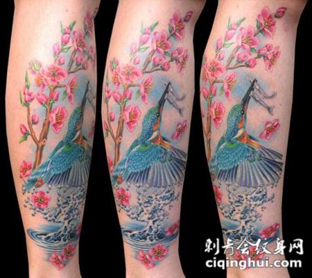 小臂上的飞鸟桃花纹身图案
