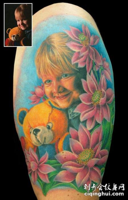 大臂上的女孩莲花纹身图案