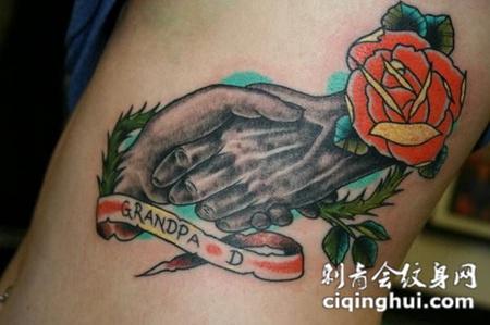 大臂上的双手玫瑰花纹身图案