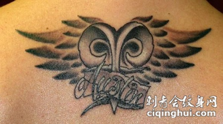 后背上的猫头鹰英文纹身图案