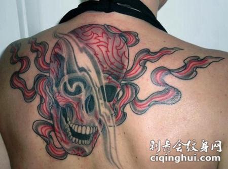 后背上的骷髅头纹身图案