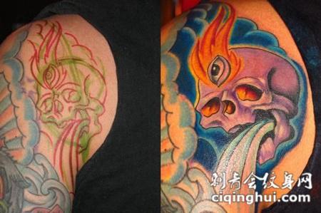 大臂上的遮盖骷髅头水花纹身图案