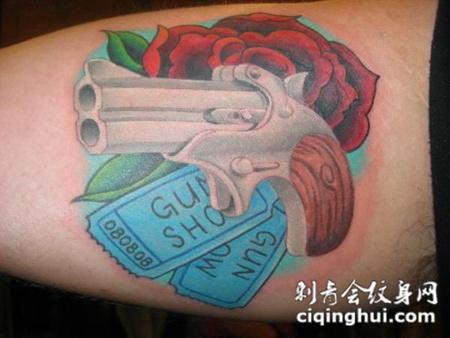 小腿上的手枪玫瑰花纹身图案