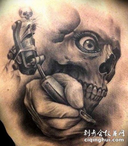 肩胛骨上的骷髅和手纹身图案