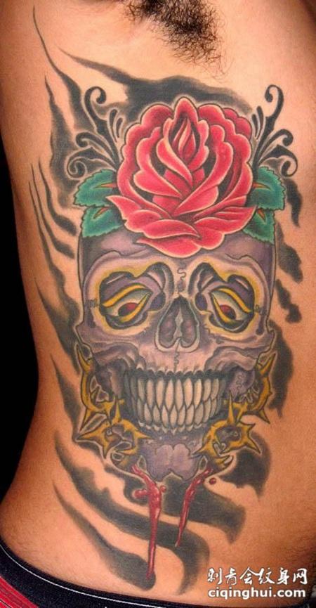 身侧的骷髅头玫瑰花纹身图案