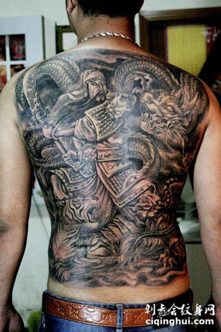 满背关公降龙纹身图片