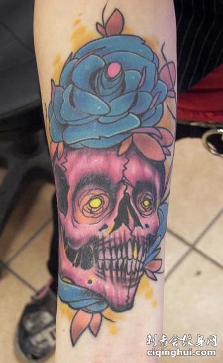 小臂上的骷髅花朵纹身图案