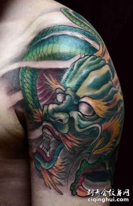 胳膊上的绿色巨龙纹身