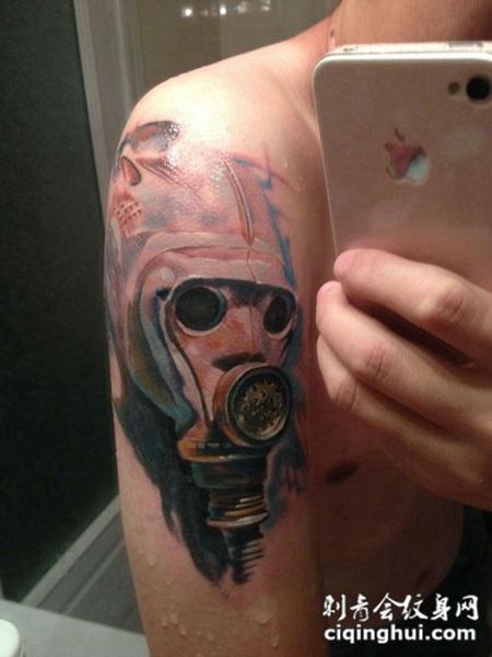 大臂上的防毒面具纹身图案