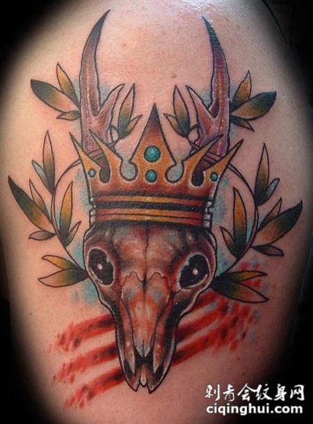 大臂上的羊角骷髅纹身图案