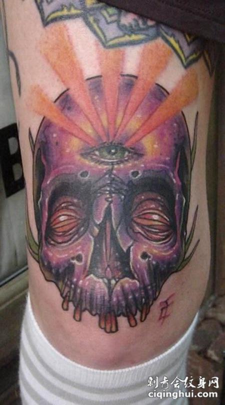 身侧三眼骷髅头纹身图案