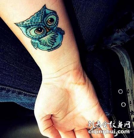 小臂上的可爱猫头鹰纹身图案