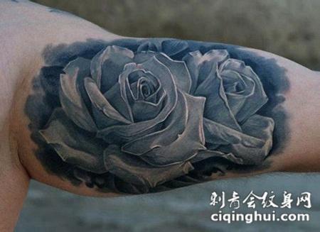 大臂内侧的黑灰色玫瑰花纹身图案