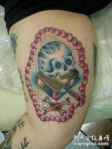 大腿上的骷髅书籍纹身图案