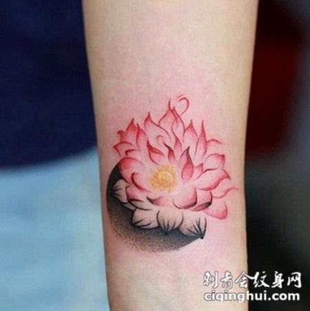 小臂上的莲花纹身图案