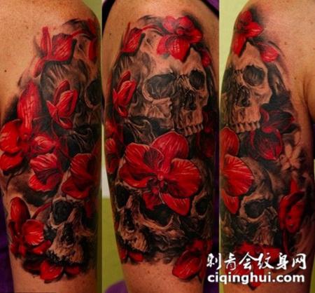 大臂上的骷髅花朵纹身图案