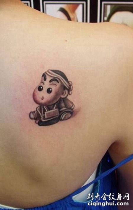 后背上的蜡笔小新纹身图案