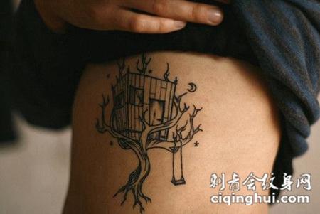 身体肋骨上的大树鸟笼纹身图案