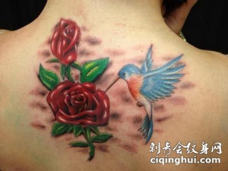 后背上的玫瑰花小鸟纹身团