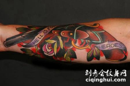 小臂上的玫瑰花手枪纹身图案