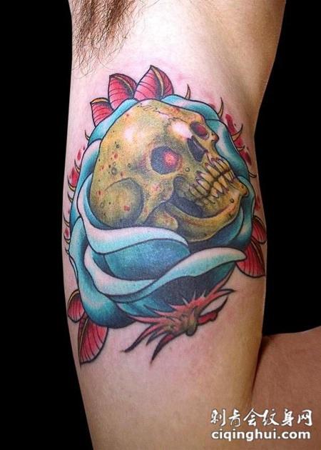 大臂内侧的骷髅头玫瑰花纹身图案