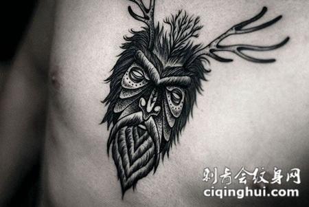 胸前的鹿角猫头鹰纹身图案