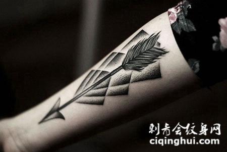 小臂上的羽毛箭纹身图案