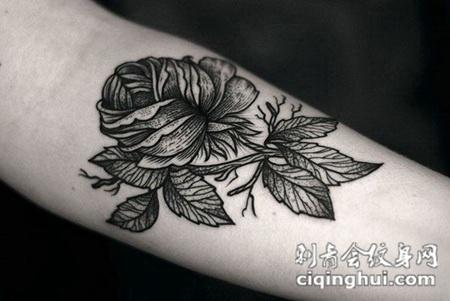 小臂上的黑灰色玫瑰花纹身图案