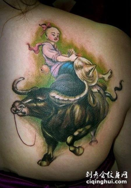 后背上的牧童骑牛纹身图案