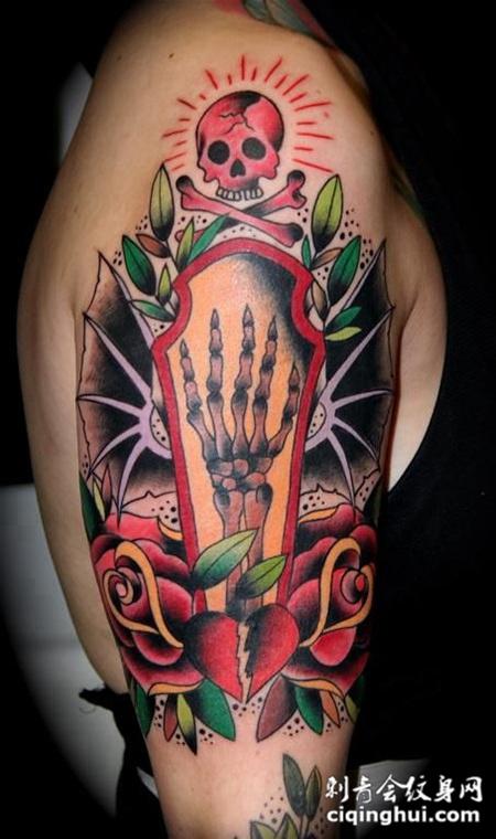 大臂上的骷髅玫瑰花纹身图案