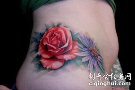 腰侧的红色玫瑰花纹身图案