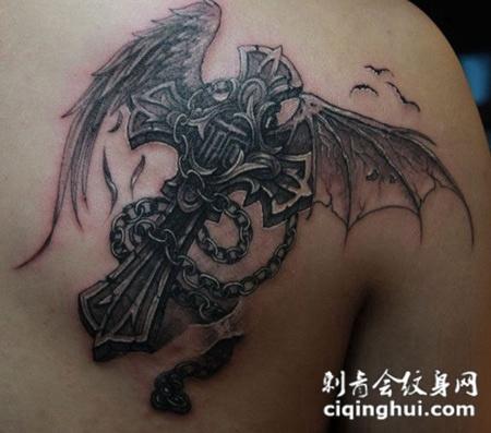 不对称的十字架翅膀纹身
