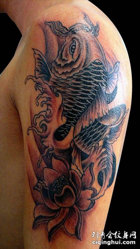 胳膊上的鲤鱼莲花纹身图片
