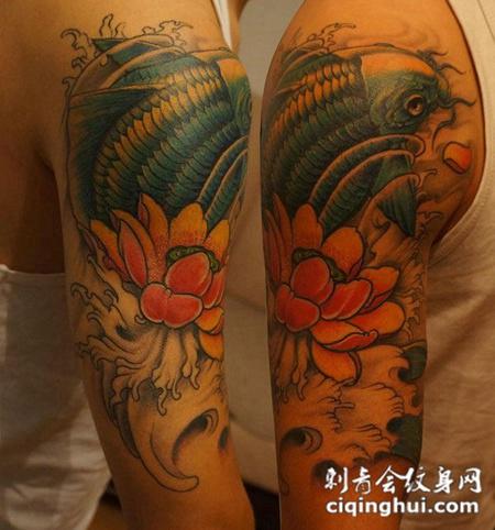 胳膊上的莲花鲤鱼纹身图片