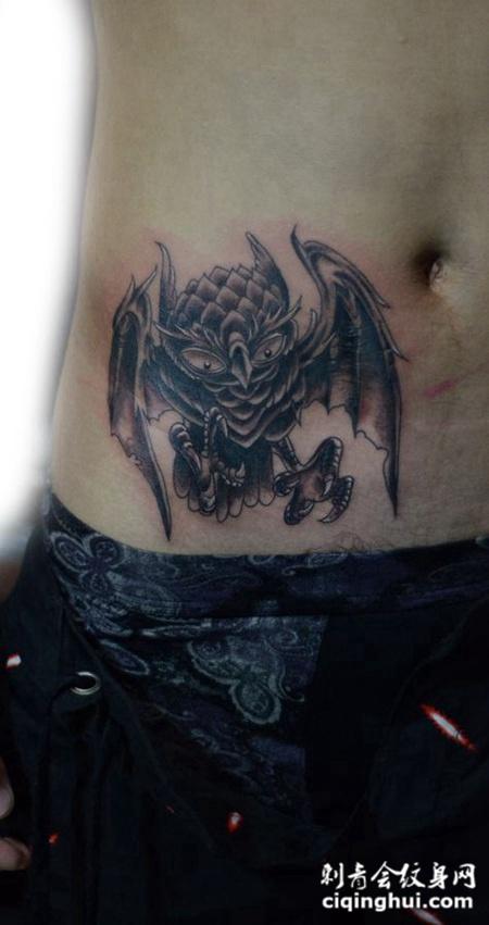 腰侧的猫头鹰纹身