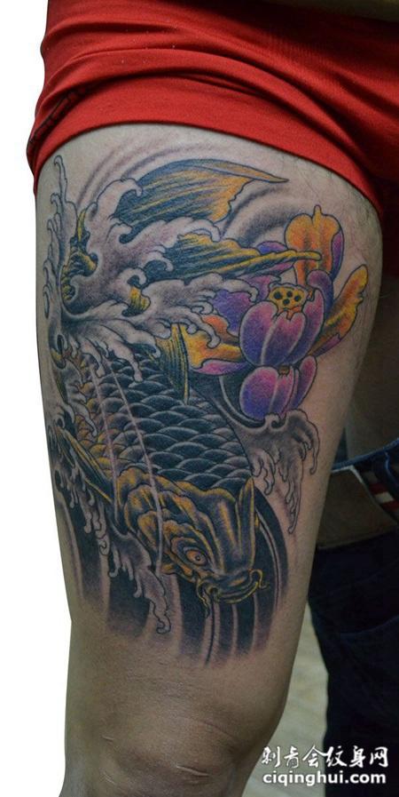 大腿上的鲤鱼莲花纹身