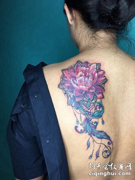 彩莲幽香,后背好看的莲花彩绘纹身