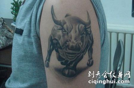 胳膊上的斗牛纹身