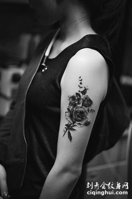 优雅绽放,手臂黑灰玫瑰花纹身