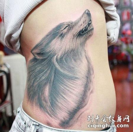 腰侧的狼头纹身